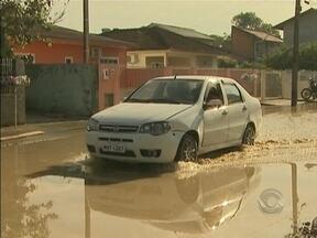 Correspondente JA mostra denúncia de moradores de Palhoça - Moradores reclamam do esgoto presente na rua.