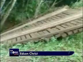 Chuva arrasta ponte em uma comunidade rural de Missal - O telespectador Edson Christ mandou essas imagens para o Paraná TV. A ponte é a principal ligação dos moradores da comunidade Linha São Sebastião ao centro da cidade.