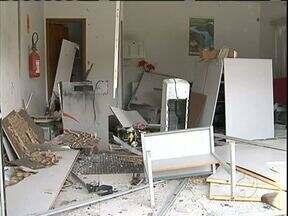 Ataques a caixas eletrônicos destroem agências bancárias - Bandidos explodiram as agências do Banco do Brasil e do Bradesco em Jussara, no noroeste do estado.