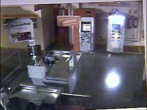 Polícia divulga imagens de bandidos explodindo caixa eletrônico - Imagens foram gravadas pelo circuito interno de segurança no fim de semana