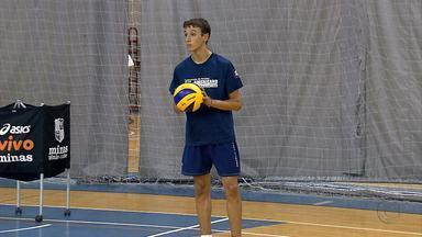 Jovem Tomáz participa do treino do Minas - Tomáz Dileo, filho do técnico do Minas Horácio Dileo, está passando férias no Brasil e aproveitando para treinar com a equipe treinada pelo pai.