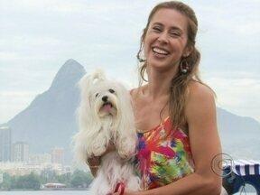 Dani Monteiro passeia com a cachorrinha Emily - Mascote de Salve Jorge fez sucesso nas ruas