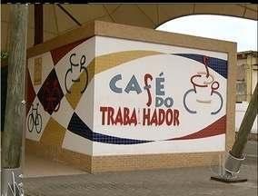 Em Cabo Frio, RJ, 'Café do Trabalhador' está de portas fechadas - Trabalhadores da cidade dependiam dos pães e cafés distribuidos no local.Nova Prefeitura aguarda licitação de empresa responsável pelo serviço.