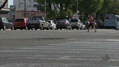 Motoristas desconhecem direitos dos pedestres - Carros devem parar para a travessia de pedestres.