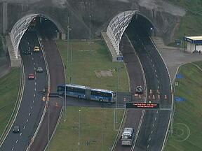 Túnel da Grota Funda está fechado no sentido Santa Cruz - O túnel faz parte do traçado da Transoeste. Com a interdição, os ônibus do BRT estão usando o túnel no sentido Recreio para ir e vir. Os carros estão sendo desviados para Serra da Grota Funda.