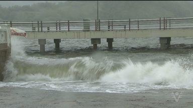 Mar ficou agitado em Santos e São Vicente nesta quinta-feira. - Alem da ressaca do mar, a chuva e o vento forte provocaram a queda de árvores nas cidades.