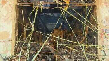 Área próxima ao sobrado incendiado na Boa Vista permanece isolada - Técnicos da Defesa Civil estiveram no local para avaliar os riscos de desabamento do que sobrou do prédio. Um dia depois do incêndio ainda havia fumaça e brasas em alguns pontos do sobrado.