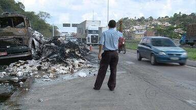 Caminhão pega fogo na BR-101 Norte, no Recife - O caminhão transportava uma carga de algodão. As chamas ficaram altas e os motoristas tiveram que passar com cuidado para não serem atingidos. Com o acidente, um engarrafamento de cinco quilômetros chegou a se formar.