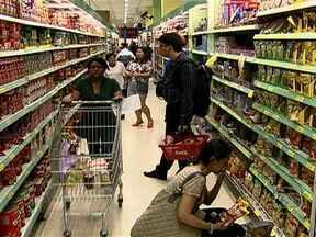 Principais fatores que puxaram inflação têm origem interna - De um lado do balcão, falta mão de obra especializada. De outro lado, sobra gente disposta a gastar com qualidade de vida, e os preços sobem. Grande parte veio da lista do supermercado, uma inflação importada do mercado internacional.