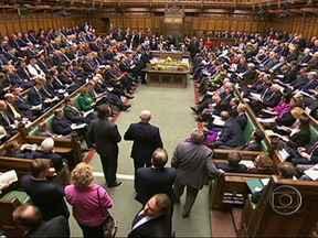 Renato Machado: Inglaterra deve permanecer na União Europeia? - O partido conservador, do primeiro ministro David Cameron, esta dividido. A sociedade tambem. Grande parte dos deputados não apoia a permanencia na UE. O primeiro ministro quer renegociar os termos dos tratados que criaram a união.
