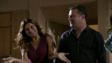 Russo acompanha Lucimar à casa de Helô - A presença do traficante intimida Morena e Jéssica. Morena fica preocupada com a aproximação entre Lucimar e Russo e decide entregar o bilhete de Waleska