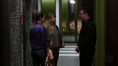 Russo impede que Morena e Jéssica falem com Helô - Ele encontra as duas no hall do prédio da delegada e as intimida