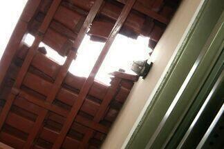 Pedras destroem telhados de casas em Anápolis, Goiás - Durante uma obra funcionários de uma empresa utilizaram dinamite para explodir as pedras, mas elas acabaram atingindo as residências. Uma equipe irá calcular os prejuízos dos moradores.