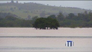 Rio transborda e interdita estrada em Taubaté (SP) - As chuvas não dão trégua na região. Em Taubaté (SP), o rio Una subiu e interditou a rodovia Amador Bueno da Veiga.