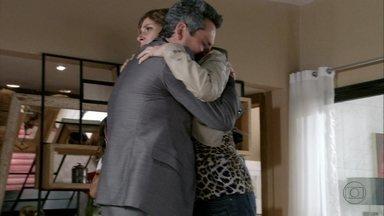 Stenio se desespera com a notícia do acidente de Helô - Ele vai até a casa da ex. Desconfiado, Haroldo manda Lena ligar para a Polícia Federal