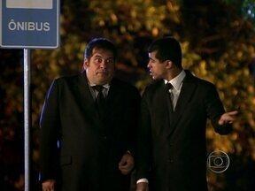 Mito?! Pedrão e Jorginho perguntam a lobisomem e vampiro se mula sem cabeça existe - Dupla está num ponto de ônibus beeeem esquisito!