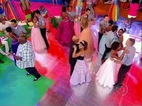 Baile do Esquenta promove festa de debutantes em alto estilo - As debutantes de diversas comunidades do Rio de Janeiro dançam a clássica valsa com policiais das UPPs