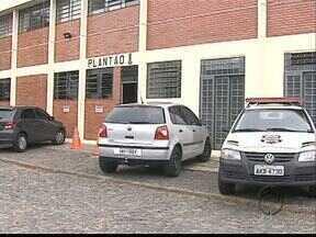 Mulher de 62 anos é assassinada pelo namorado em Ponta Grossa - A aposentada foi morta a golpes de canivete dentro de casa, no Jardim Europa. O rapaz confessou o crime.