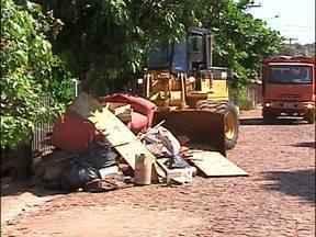 Moradores do bairro Acaray fazem mutirão de limpeza - Hoje de manhã uma máquina carregadeira e uma caçamba de empresa responsável pela limpeza da cidade ajudavam a retirar o entulho.