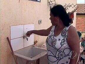 Moradores do Vista Bela sofrem com falta d'água - Eles reclamação que o abastecimento é prejudicado nos fins de semana, quando o consumo é maior no bairro, um dos mais maiores de Londrina