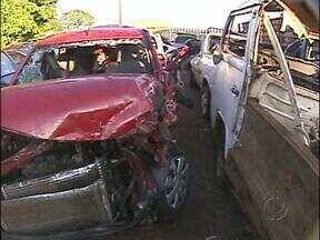 Duas mulheres morrem em acidente na PR-495 em Medianeira - Sete pessoas ficaram feridas. Carro bateu na traseira de um jerico. Os dois veículos capotaram