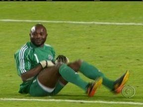 Kidiaba celebra com dancinha empate do Congo com Gana por 2 a 2 - O jogo foi válido pela Copa da África. No Mundial de 2010, o goleiro surpreendeu com a divertida performance.