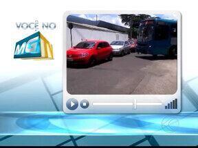 """Telespectador envia imagens do trânsito na porta do aeroporto de Uberlândia, MG - Um telespectador inconformado com o trânsito na porta do aeroporto de Uberlândia fez algumas imagens para o """"Você no MGTV"""". Motoristas imprudentes provocaram uma confusão."""