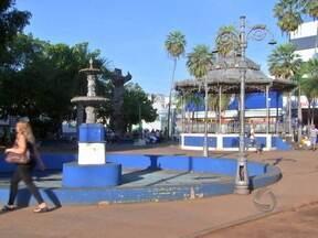 Após retirada dos camelôs, Praça Ipiranga passará por revitalização - Os camelôs estão sendo instalados no novo centro de comércio popular, no bairro do Porto. A população já percebeu a mudança no visual da Praça Ipiranga, que antes estava tomada por ambulantes.