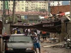 Helicóptero com quatro pessoas cai sobre casa no Jaraguá - Alguns moradores gravaram imagens logo depois da queda. O helicóptero caiu depois de alguns minutos de voo. Ele estava a serviço da prefeitura de São Paulo. O piloto morreu.