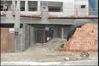 Operário morre ao cair de prédio em construção em Joinville - Cabo de aço teria rompido e provocado a queda