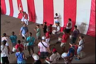 Integrantes das escolas de samba trabalham para o desfile - O carnaval de Mogi das Cruzes fez os integrantes das escolas de samba trabalharem muito. As pessoas organizam os preparativos nos barracões das principais agremiações. E treinam para desfilar na avenida.