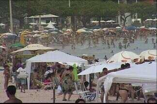 Turistas de Minas Gerais lotam hotéis e praias de Guarapari, ES - Sol voltou a brilhar na cidade e turistas lotaram praias.