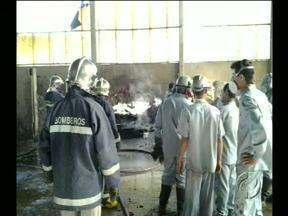 Incêndio destrói parcialmente fábrica de baterias em Apucarana - Os bombeiros chegaram e rapidamente controlaram o incêndio. Três funcionários ficaram feridos.
