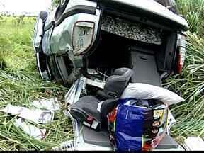 Homem morre após o carro no qual estava cair em ribanceira em Uberaba, MG - Mais cinco pessoas, sendo quatro crianças, ficaram feridas. De acordo com Samu, família estava indo de Iporá, em Goiás, com destino ao Guarujá, no litoral paulista.