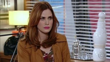 Veruska pressiona Roberta a aceitar o contrato com Giocondo - A empresária não quer trair a confiança de Charlô