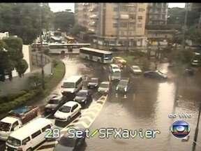 Confira a situação do trânsito no Rio nesta terça (22) - A chuva forte que caiu na manhã desta terça(22) deixou o trânsito complicado em algumas ruas da Tijuca, devido aos bolsões de água. A Ponte Rio-Niterói trem fluxo intenso no sentido Rio, com 22 minutos de travessia.