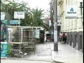 Ambulantes retiram suas bancas no centro de Pelotas, RS - O prazo para desocupar a via pública termina neste sábado.