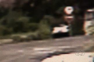 Homem bêbado deixa carro cair em córrego de Goiânia - Os bombeiros levaram mais de uma hora para retirar um carro que rodou pelo Córrego Cascavel e só parou em Campinas. O motorista estaria bêbado e deixou o carro cair no rio.
