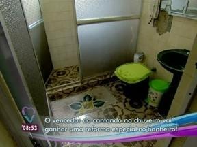 Veja como era o banheiro de Sirlei antes da reforma - Cômodo estava destruído e precisando de um retoque