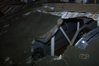 Muro de casa cai e atinge três carros em Aparecida de Goiânia - O muro de uma casa no Setor Maria Inês caiu e atingiu três carros que estavam no estacionamento de um prédio vizinho.