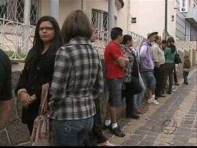 Cidadão enfrenta fila pra fazer identidade em Ponta Grossa - A digitalização simplificou o processo mas reduziu o número de atendimento por dia