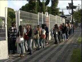 Empresas abrem vagas de trabalho para a Páscoa - Uma fila se formou em frente à agência