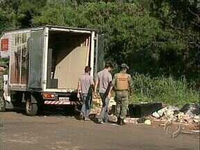 Polícia Ambiental flagra despejo de lixo na Zona Sul - Funcionários de uma loja de móveis estavam usando um fundo de vale como depósito de coisas velhas.
