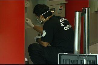 Homens arrombam caixa eletrônico de agência bancária e fogem, no ES - Ação criminosa foi registrada pelas câmeras de segurança do banco. Suspeitos observaram funcionamento dos caixas antes de agir.