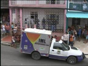 Polícia de Manaus suspeita que jovem tenha planejado assassinato da família - Dois amigos de Jimy Robert Queiroz Brito, de 33 anos, confessaram ter matado o pai, tia e prima do suspeito. Segundo a polícia, motivo foi uma disputa por herança. Jimy não confessou a participação, mas ficará preso até sair o resultado da perícia.