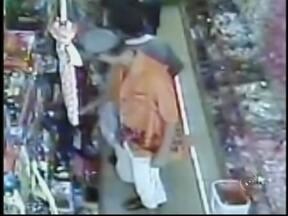 Casal leva bebê para cometer furtos em lojas do comércio em Ourinhos - Um casal foi preso suspeito de furtar lojas e usar o filho bebê para distrair as vítimas, na tarde desta quarta-feira (23), em Ourinhos, SP. A polícia encontrou a dupla pelas ruas do centro da cidade depois de receber várias queixas.