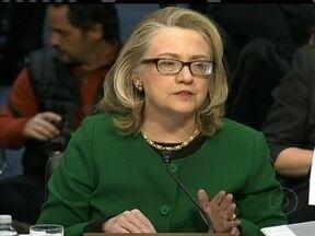 Hillary Clinton assume responsabilidade por mortes no atentado em consulado na Líbia - O depoimento da secretária de Estado era aguardado com ansiedade no Congresso. Senadores e deputados queriam saber detalhes sobre o ataque ao Consulado. Hillary voltou a assumir a responsabilidade pelas mortes de quatro funcionários.