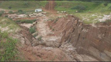 Erosão afeta diversos pontos de São Pedro, SP - Área de erosão no Bairro São Dimas chega a 60 metros e parte de uma rua foi afetada. Época de chuva apresenta perigo aos moradores.