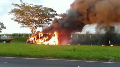 Fogo destrói caminhão que levava 3 toneladas de carne em Ribeirão Preto, SP - Motorista seguia pela Rodovia Anhanguera quando percebeu fumaça.