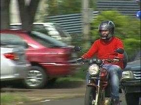Motociclistas devem usar o capacete de forma correta - É preciso andar com viseira baixada e com a presilha fechada. O capacete tem que cobrir a orelha e a viseira deve alcançar o queixo.